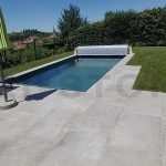 dallage-exterieur-de-piscine-en-pierre-naturelle-grise-mistral-grey-03