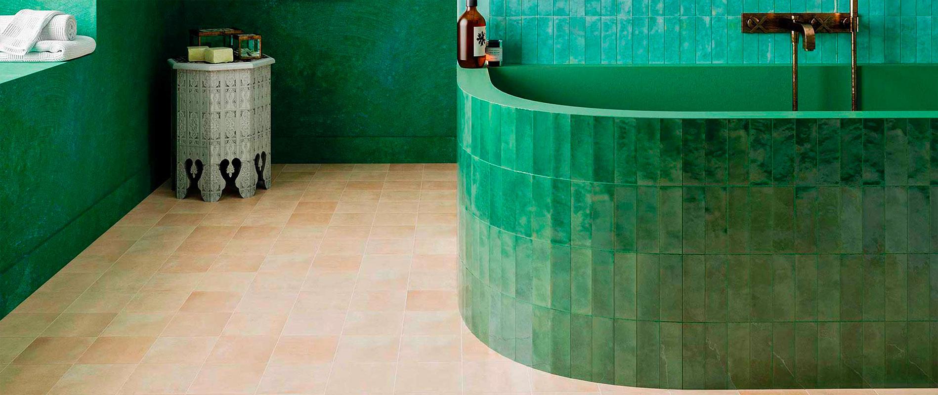 Carrelage esprit fait main inspiration Zellige marocain de la collection bejmat de la marque wow design se décline en couleur Lake gloss et olive gloss dans des formats 5X15 et 15X15 pour une baignoire de salle de bain tendance