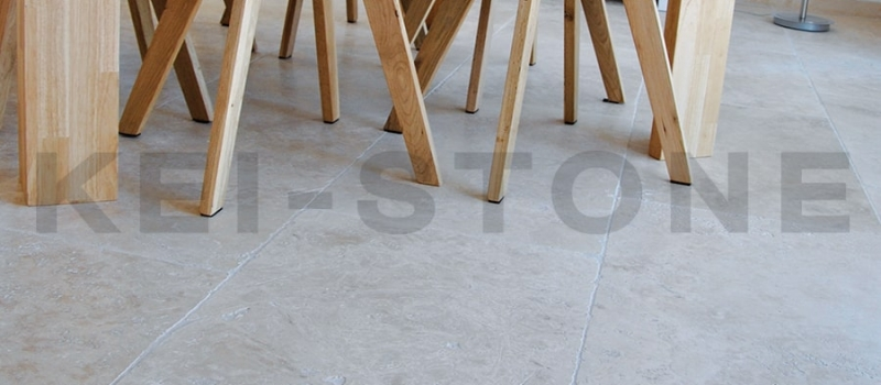 dallage-beige-en-pierre-naturelle-travertin-cannelle-kei-stone