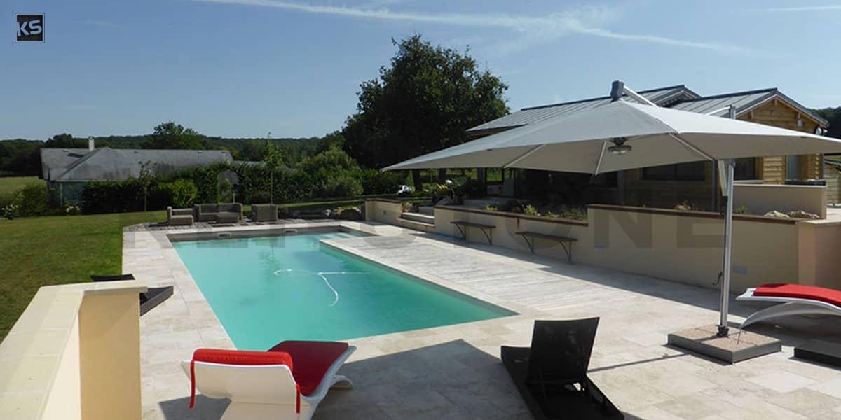 Margelle et dallage piscine en Travertin aux tons clairs et nuancés